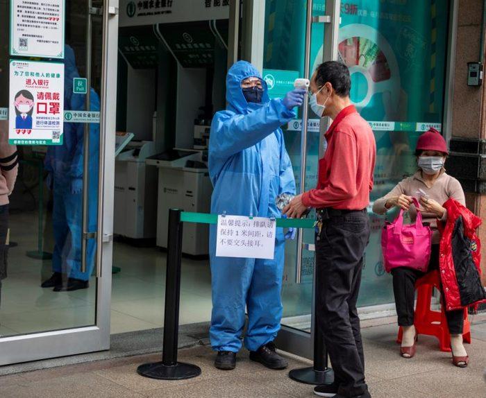 China eleva a 2.592 los muertos por Coronavirus entre los 77.150 infectados