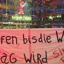 Chilenos residentes en Alemania despliegan lienzos en apoyo al movimiento social en la inauguración de la Berlinale