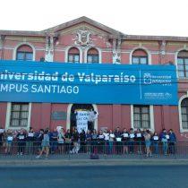 Secundarios se manifiestan en el frontis del Campus Santiago de la Universidad de Valparaíso para exigir la cancelación de la PSU