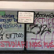 Polémica en Teatro UC: desconocidos borraron graffittis que la entidad se había negado a borrar