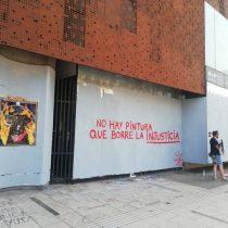 """""""No hay pintura que borre la injusticia"""": personas llegan al frontis del GAM para recuperar las murallas borradas en la madrugada"""