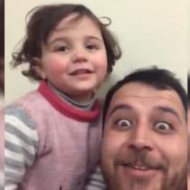 Siria: Padre le hace creer a su hija que bombardeos son un juego para protegerla de una eventual crisis psicológica