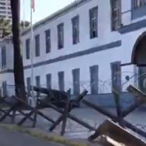 Director de Obras Municipales de Iquique notifica al Ejército para que retire alambres de púas instalados en el frontis de cuartel