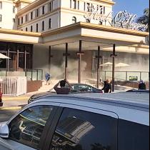 [VIDEO] Encapuchados destruyen frontis del Hotel O'Higgins y obligan a evacuar a sus pasajeros