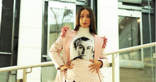 Denise Rosenthal vuelve a sorprender con su atuendo: esta vez usó una polera con el rostro de Gabriela Mistral
