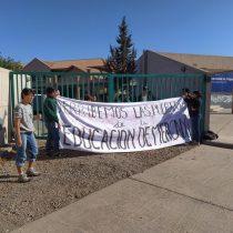 Jóvenes se manifiestan en contra del rector Valle en dependencias de la Universidad de Valparaíso por su rol en la PSU