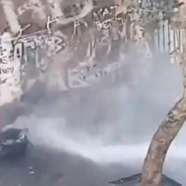 Ola de críticas a Carabineros por registro que muestra actuar del carro lanza aguas contra hombre en situación de calle