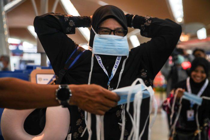 Aumentan a 425 los muertos y a 20.438 los infectados por coronavirus en China