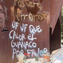 Profanan con rayados la tumba de Gladys Marín en el Cementerio General