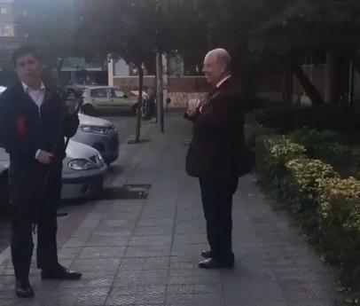 Mujer expulsa a hombre que realizaba campaña por el rechazo constitucional en su barrio