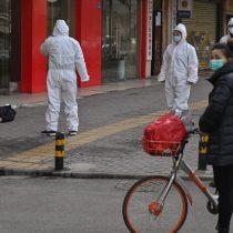 La foto de un hombre muerto en plena calle de Wuhan revela el temor y la crisis por el coronavirus en China