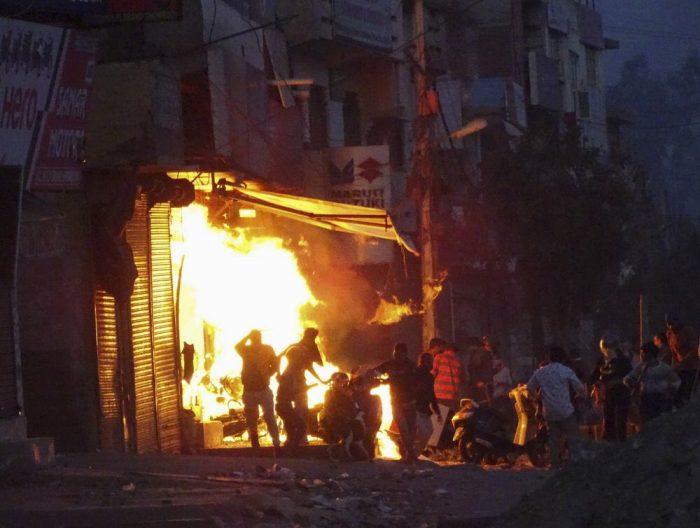 Tensión y horror en la peor violencia comunitaria en Nueva Delhi en décadas