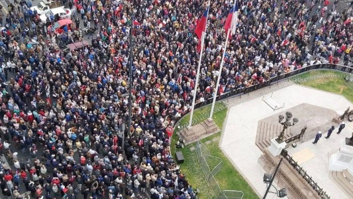 Valparaíso: exoficiales de la Armada protagonizan acto de desagravio tras ataque a monumento a los Héroes de Iquique