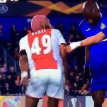 Futbolista imitó y se burló de rival luego de realizarle una infracción