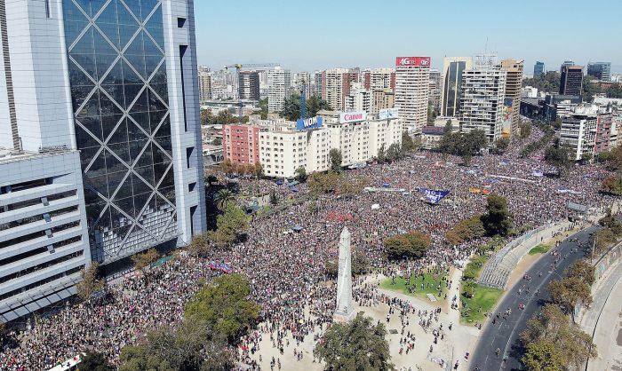 No paran de llegar: marcha del 8M convoca a cientos de miles de mujeres en Plaza de la Dignidad