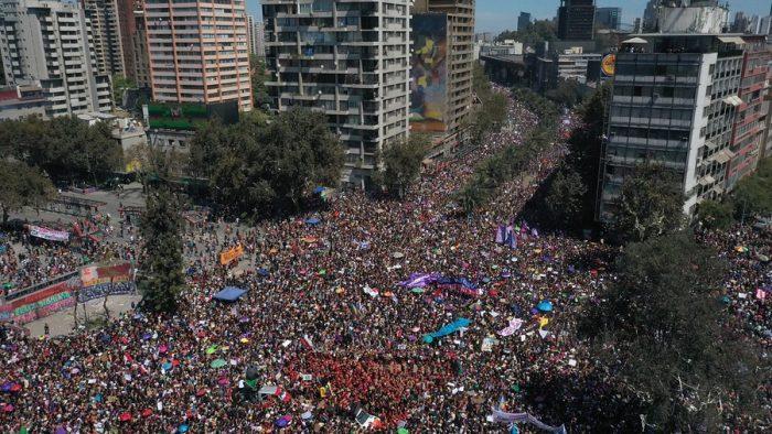 """Fergie reconoce y destaca a las mujeres que marcharon este 8 de marzo en Chille definiéndolas como """"bellamente audaces"""""""