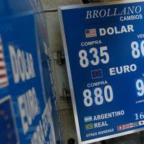 Dólar sube levemente tras cuatro caídas consecutivas cerrando sus operaciones sobre los $830