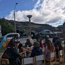 Carabineros multa a cinco mujeres en Aysén por colocar mesa en la calle para conmemorar el 8M