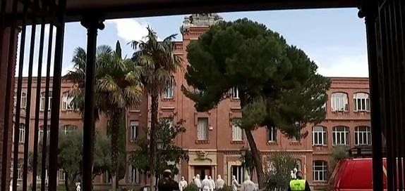 Miembros del ejército español descubren cadáveres de ancianos en casa de cuidados en medio de la emergencia por el coronavirus
