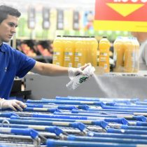 Walmart Chile anuncia medida para controlar acceso de clientes a sus supermercados