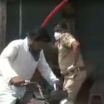 India: Policías golpean con palos a ciudadanos que no respetan la cuarentena