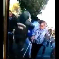 Carabinero bota a adulta mayor con bastón en medio de una manifestación en Talca
