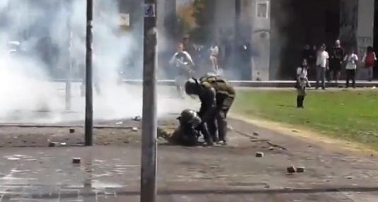 Cámara de Carabineros registró agresión a dos uniformados en medio de una manifestación en Concepción