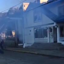 Familiares de las víctimas que dejó colisión de embarcaciones en Corral atacan oficina de la Armada: acusan que son culpables de tardío rescate