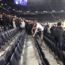 Jugador del Tottenham saltó las gradas para encarar a quienes insultaban a su hermano tras la eliminación de su equipo de la Copa FA