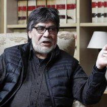 Homenaje en el día del libro: vecinos de Gijón aplauden y alzan los libros del escritor recientemente fallecido Luis Sepúlveda
