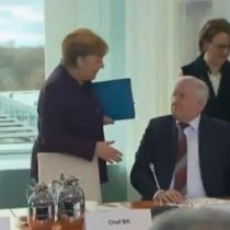 El frustrado saludo entre Angela Merkel y el ministro del Interior que revela el susto por el coronavirus en Europa