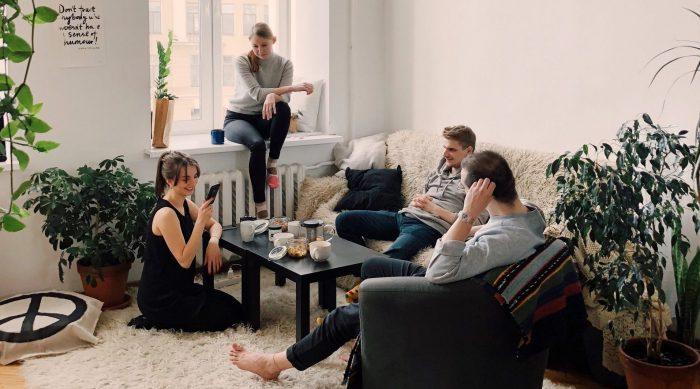 La importancia de dividir las tareas del hogar sin replicar estereotipos de género durante la cuarentena