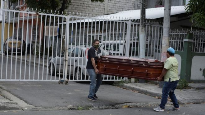 El drama de Guayaquil, en Ecuador, que tiene más muertos por coronavirus que países enteros y lucha a contrarreloj para darles un entierro digno