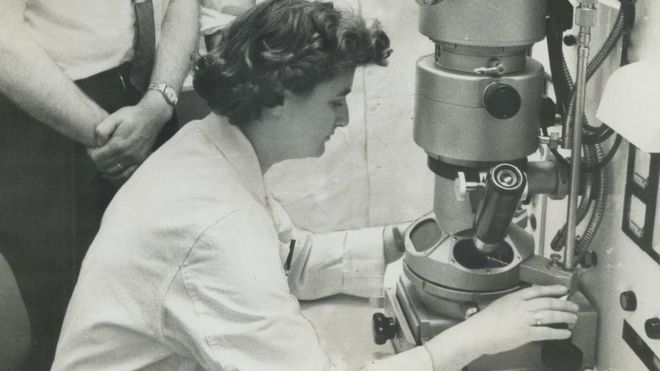 June Almeida, la mujer que obtuvo las primeras imágenes de un coronavirus humano en la historia