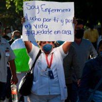 """""""Me tiraron café caliente por la espalda y me gritaron '¡infectada!'"""": el aumento de las agresiones en México contra personal médico que combate el coronavirus"""