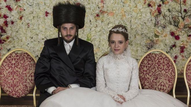 """""""Unorthodox"""": la historia de Deborah Feldman, la mujer que huyó de una comunidad ultraortodoxa judía y que hoy inspira la impactante serie de Netflix"""