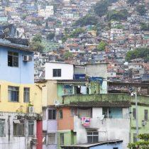 """Brasil busca diálogo con """"narcos"""" en favelas para contener virus"""