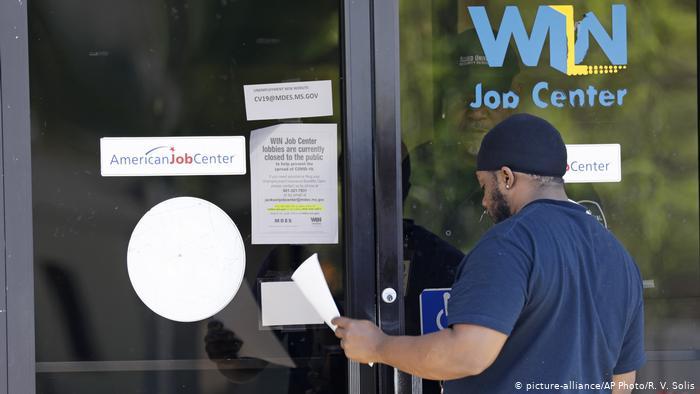 Piden más de 20 millones de subsidios de desempleo en EE.UU. en un mes