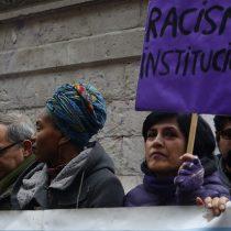 Agrupaciones de migrantes, ONG y académicos acusan a Piñera y Mañalich de discriminar a los migrantes en crisis del Covid-19