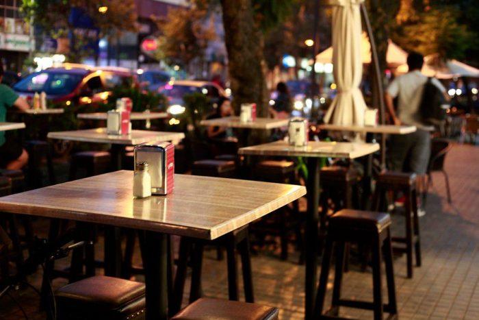 No más de 90 minutos en el local y turnos de desinfección: la fórmula que plantea Andalucía para reabrir restaurantes y bares