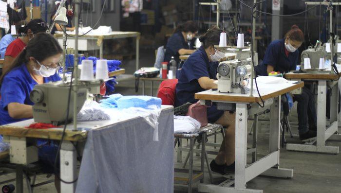 Marcas de ropa confeccionan uniformes clínicos para donar al personal de salud