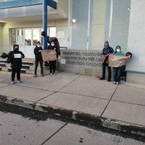 """""""¡Que no saquen al doctor Faúndez!"""": comunidad de Puerto Williams se moviliza exigiendo la permanencia de su médico"""