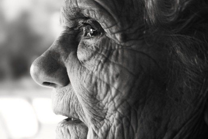 Covid-19, tercera edad y demencias: 200 mil personas en Chile enfrentan una de las caras más duras de la pandemia