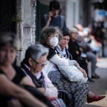 Largas filas en bancos argentinos generan peligro para adultos mayores en medio de la pandemia