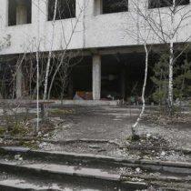 Bomberos ucranianos intentan apagar incendio en zona de exclusión de Chernóbil