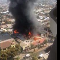 Registran gran incendio en galpón de Santiago Centro: cerca de 150 bomberos llegaron al lugar
