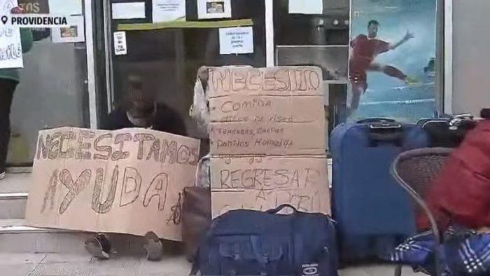 Cerca de 50 peruanos acampan afuera del consulado ubicado en Providencia: piden ayuda para regresar a su país
