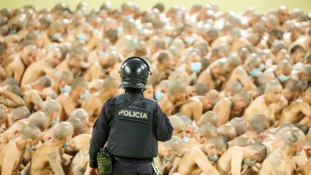 Las impactantes imágenes con las que El Salvador anunció que juntó a presos de diferentes pandillas en las celdas para combatir la violencia (y qué riesgos conlleva)