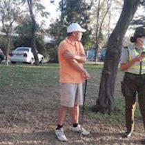 Sin comentarios: en medio de la cuarentena, sorprenden a hombre jugando golf en una plaza de Las Condes