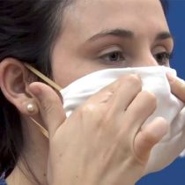 """Infectólogo chileno: """"La elaboración casera de mascarillas no es recomendable"""""""